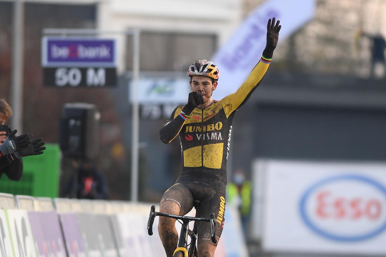 Wout van Aert toont hoe de concurrentie hem geen duimbreed in de weg kon leggen. Beeld BELGA