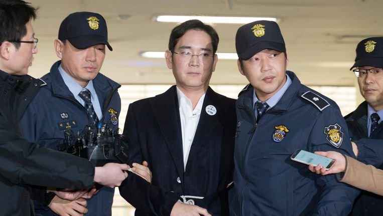 Lee Jae-yong, de vicepresident van Samsung omringd door politieagenten in Seoul. Beeld EPA