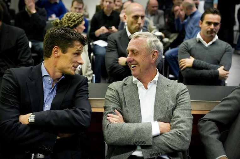 Wim Jonk en Johan Cruijff lachen voorafgaand aan het kort geding. Achter hen zitten Jaap Stam en Marc Overmars. Beeld