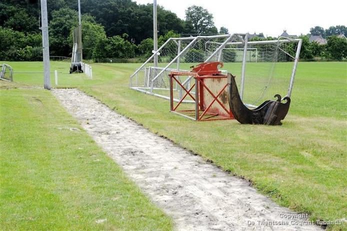 Vrijwilligers zijn begonnen met de aanleg van een kunstgrasveld in Langeveen om de leefbaarheid te vergroten.