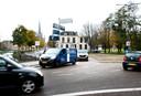 Woerden - De belangrijke toegangsroute naar het centrum wordt langdurig afgesloten in verband met de aanleg van een nieuwe duiker onder het wegdek door bij de Oostdam (Foto Marnix Schmidt)
