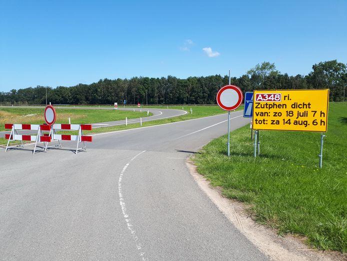 De opritten in de richting van Dieren/Zutphen zijn afgesloten. Hier de oprit bij De Steeg.