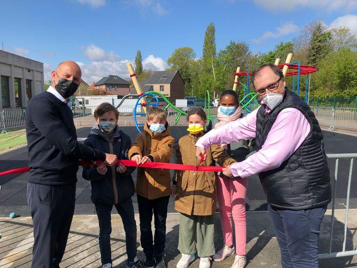 Schooldirecteur Kristof Vancaudenberg en schepen van onderwijs Hans Decoster openden samen met enkele leerlingen de speeltuin plechtig.