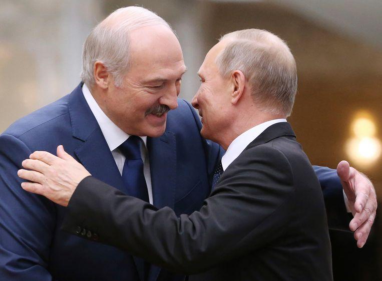 President Loekasjenko omhelst president Poetin tijdens een ontmoeting in Minsk, de hoofdstad van Belarus, in november vorig jaar.  Beeld AP
