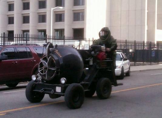L'unité spéciale de la police de Detroit arrivant sur les lieux pour inspecter le paquet suspect.
