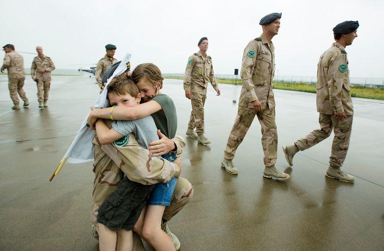 Een militair wordt op vliegveld Eindhoven verwelkomd door zijn kinderen.  Beeld Hollandse Hoogte /  ANP