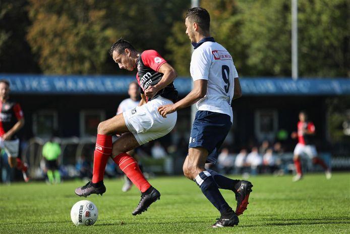 Verdediger Bryan Sirvania van De Treffers controleert de bal stijlvol in het duel bij Koninklijke HFC eerder dit seizoen.