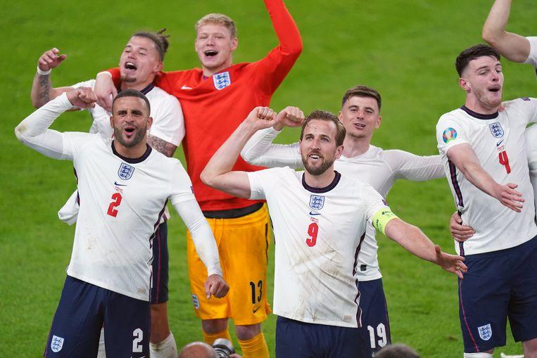 De Engelse spelers vieren de zege tegen Denemarken. Beeld Photo News