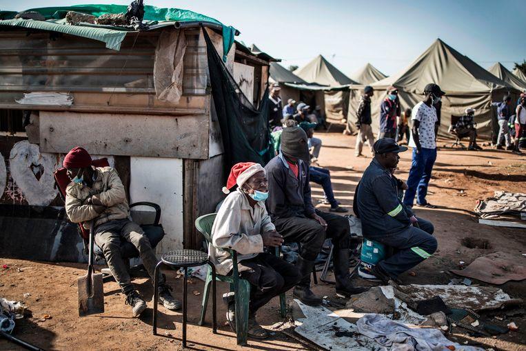 Bewoners van een tentenkamp in Johannesburg, wachtend op een adequate woning.  Beeld AFP