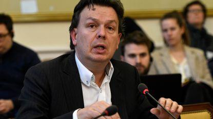 Federaal parlementslid Stefaan Van Hecke reikt Groene Pluim uit in Zottegem