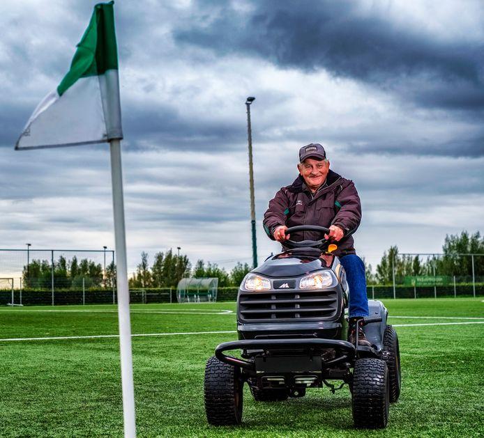 Jan Hoogeboom (70) op de tractor op het veld van VV Zwammerdam.