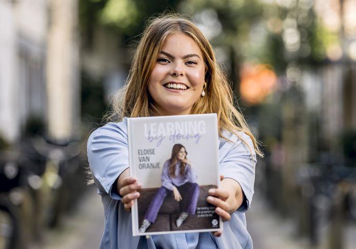 Eloise van Oranje toont trots haar eerste boek.