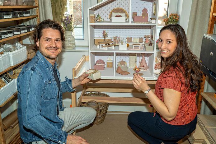 Robert en Andrea den Horder hebben een bedrijf opgezet in trendy poppenhuizen met meubilair dat zoveel mogelijk circulair werkt.