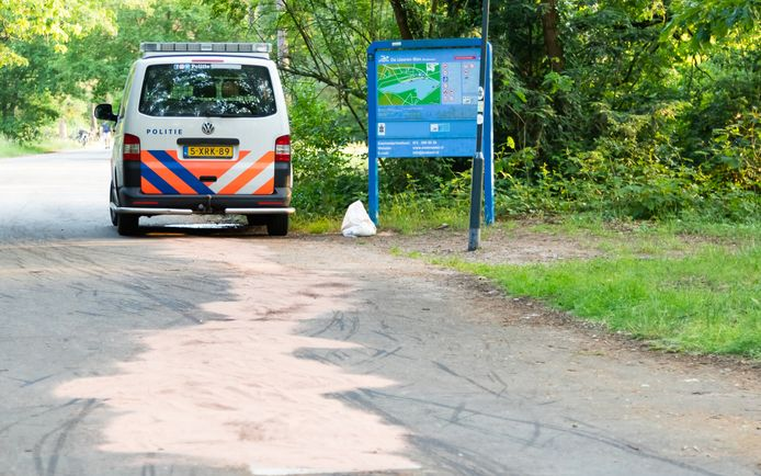 Een politieauto had maandagavond pech op de Boslaan in Vught. Een ijzeren paaltje is tegen de Carterpan van de wagen omhoog geschoten vanwege een storing.
