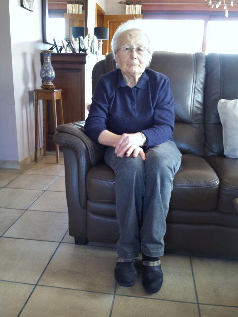 Anna Henau in de zetel waar ze een half jaar geleden op hulp wachtte.