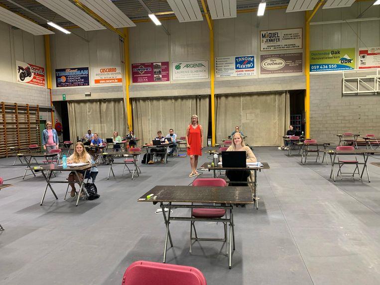 In sporthal Ter Beke in Oudenburg kunnen studenten op veilige afstand blokken.
