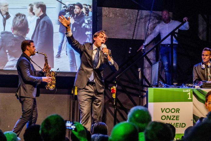 Thierry Baudet (M) van Forum voor Democratie tijdens de verkiezingsrally van Leefbaar Rotterdam in poppodium Annabel.