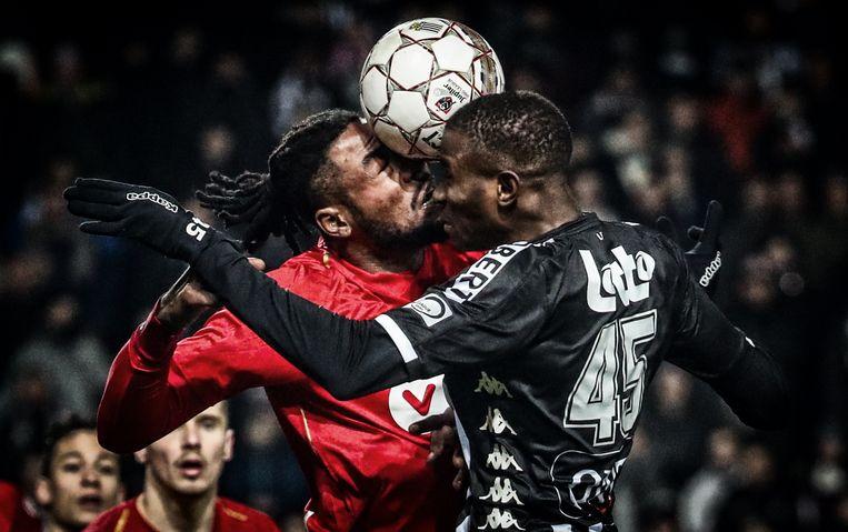 Standard-verdediger Christian Luyindama botst op tegen Victor Osimhen van Charleroi. Beeld BELGA