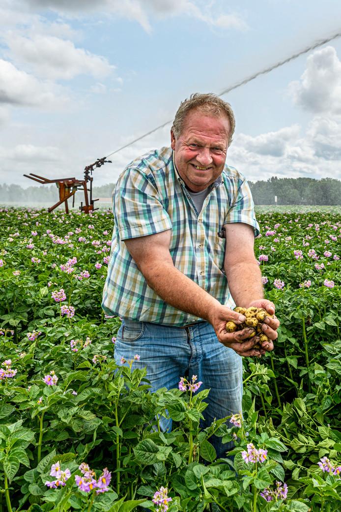 Akkerbouwer Kees Gommeren in zijn aardappelveld in Kruisland. Op de achtergrond de beregeningsinstallatie.
