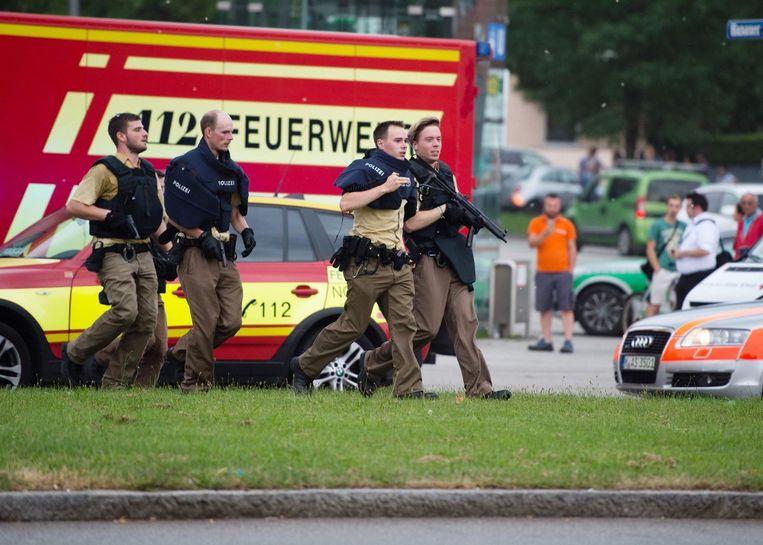 Politie bij het winkelcentrum Beeld anp