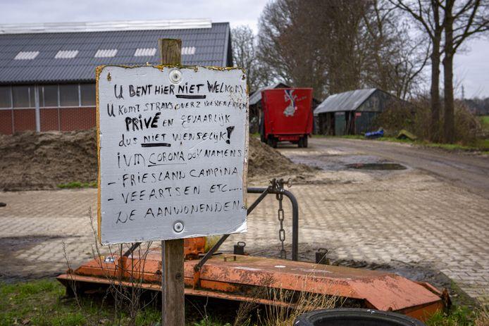 Een provosorisch bord van Hans van S. die wandelaars verbied om over de openbare weg dat het Kerkpad is, te lopen.
