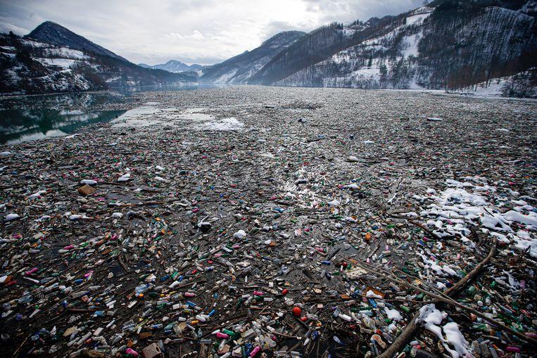Afval in het Potpecko-meer in de buurt van de Servische stad Priboj.   Beeld Darko Vojinovic / AP