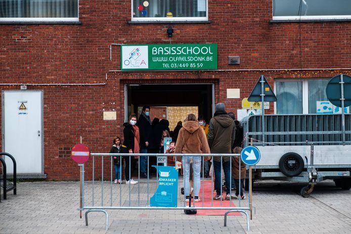 In Olfa Elsdonk in Edegem krijgen zeshonderd personen donderdag opnieuw een wisser in de neus.