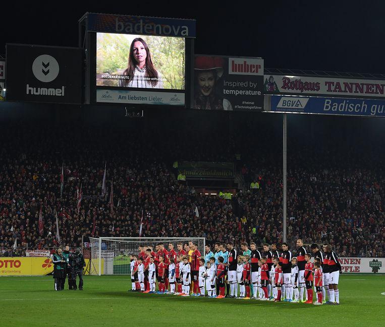 Teresa Enke spreekt via een beeldscherm bij de tienjarige herdenking van de dood van haar man, in het stadion van SC Freiburg. Doelman Robert Enke maakte in 2009 een einde aan zijn leven. Teresa is nu het boegbeeld van een Fifa-campagne om aandacht te vragen voor psychische problemen bij voetballers.    Beeld Bongarts/Getty Images