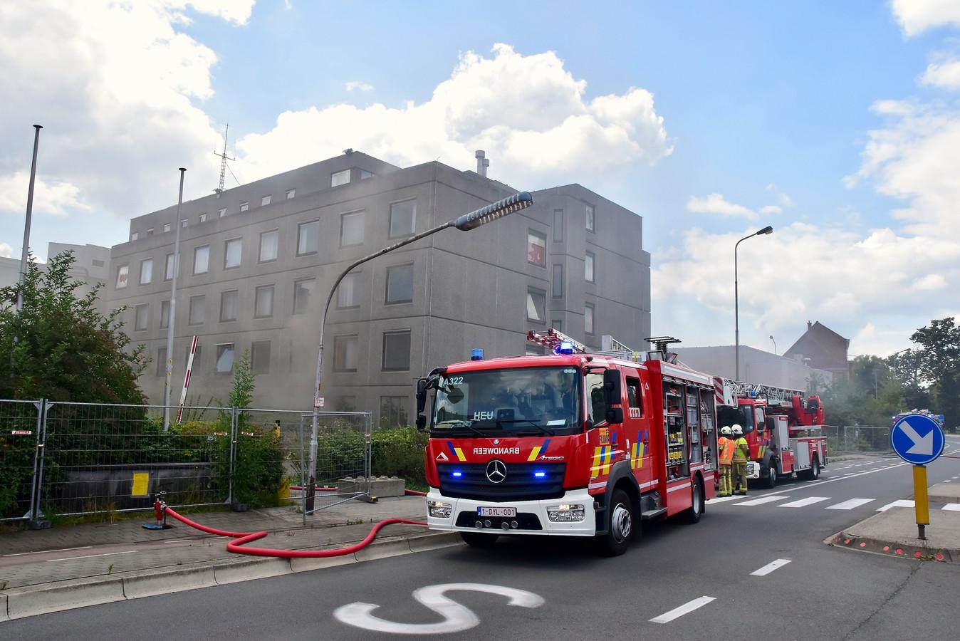 Door de brand in de voormalige Sint-Maartenskliniek was de Burgemeester Vercruysselaan in Kortrijk gehuld in een dichte rook.
