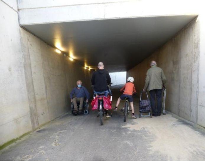 """Leden van de Fietsersbond probeerden de gelijkaardige tunnel onder de spoorweg in de Hofstraat in Oudegem uit. """"Te smal voor een grote stroom fietsers en voetgangers"""", is het verdict."""