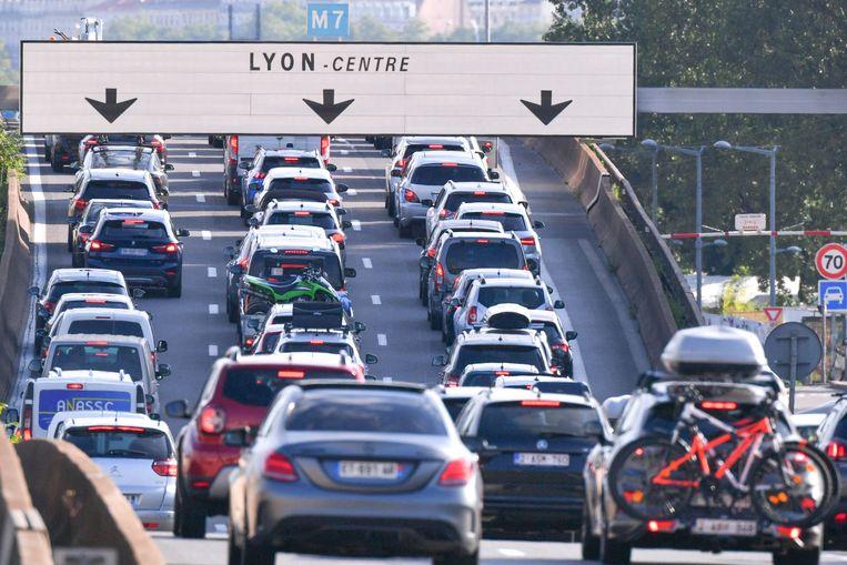 Vaststaand verkeer gisteren bij Lyon in Frankrijk.  Beeld AFP