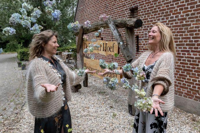 De creatieve markt, die wordt georganiseerd door Cindy-Jane Maes (links) en Francis van de Molengraft op de parkeerplaats bij De Leemerhoef in Waalre.