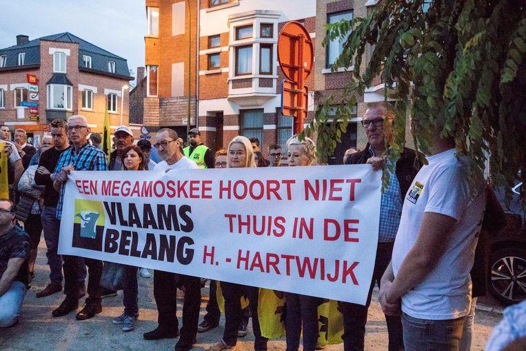 Zo'n honderd mensen, voornamelijk sympathisanten van Vlaams Belang, kwamen betogen.