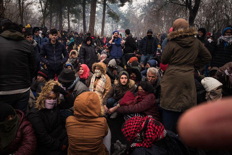 Vluchtelingen wachten aan de Turks-Griekse grens buiten Edirne Beeld Nicola Zolin