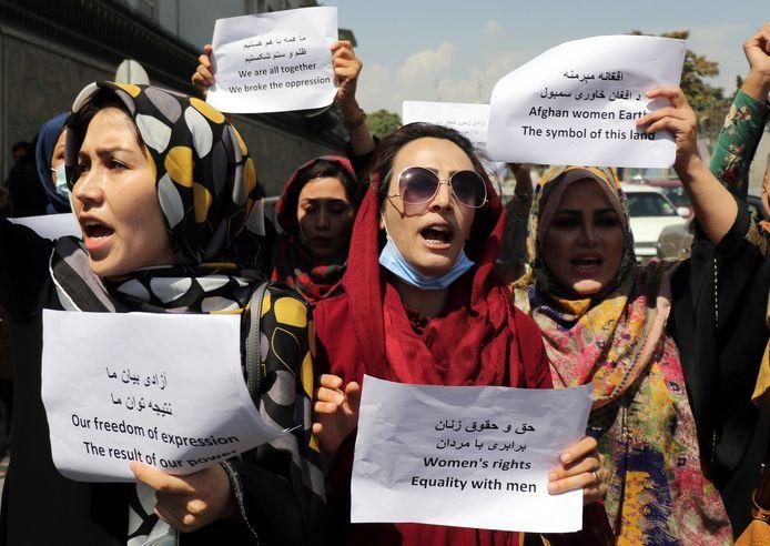 Vrouwen komen op voor hun rechten tijdens een demonstratie in Kaboel.
