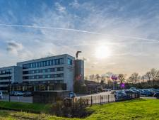 Noodbevel rondom hotel Willem II in Nieuwerkerk, fans zwaaien selectie in Tilburg al uit