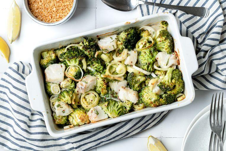 Romige visschotel met prei en broccoli. Beeld