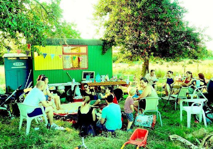 Gezellig samen in de tuin (Foto: Samentuin DenHof)
