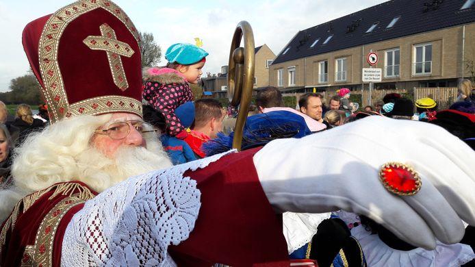 Sinterklaas begroet op de brug over de Reusel de kinderen van Moergestel.