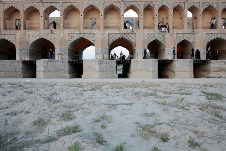 Een brug over de rivier de Zayanderoud, bij Isfahan. Beeld Hollandse Hoogte / l'Agence VU