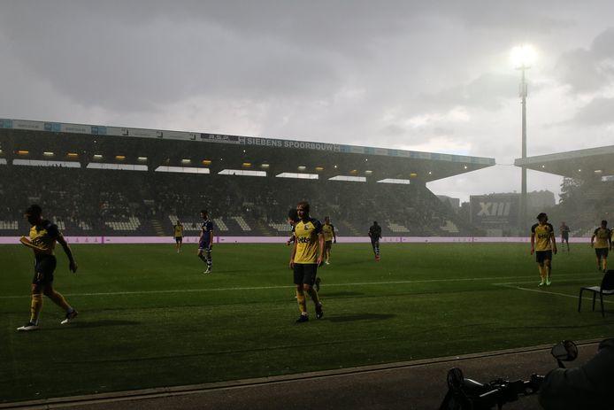 De wedstrijd werd even stilgelegd door hevige regenval.