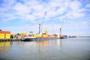 In de haven van Moerdijk is het een komen en gaan van goederen.