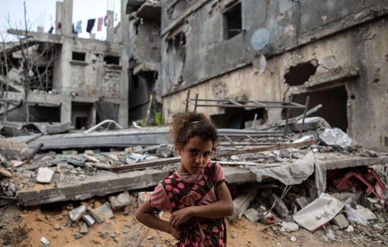 Veel families in Gaza keerden vrijdag terug naar hun huis, na geschuild te hebben in scholen of bij familie.  Beeld AP