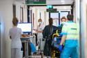 Drukte op de Spoed Eisende Hulp van Bravis ziekenhuis waar corona-patiënten binnengebracht worden.