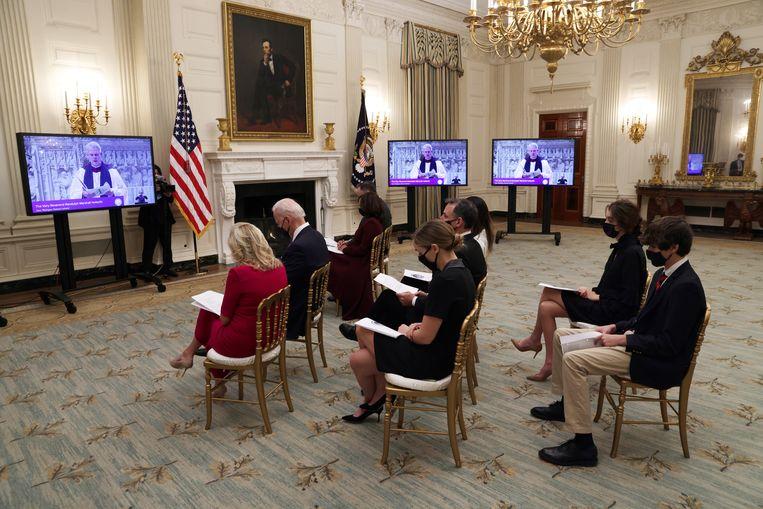 President Biden en zijn vrouw buigen hun hoofd tijdens de online gebedsdienst ter gelegenheid van de presidentiële inauguratie in januari dit jaar.   Beeld Getty Images