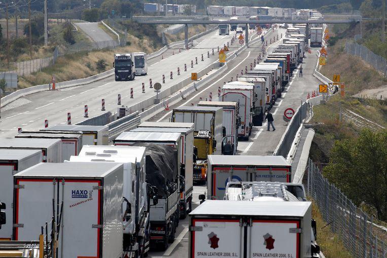 Files nabij de Frans-Spaanse grens door een blokkade van de Spaanse weg. Beeld REUTERS