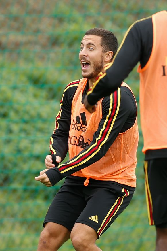 Eden Hazard dollend op training.