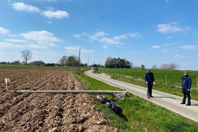 Door de klap brak de verlichtingspaal langs Landries in Aaigem onderaan door.
