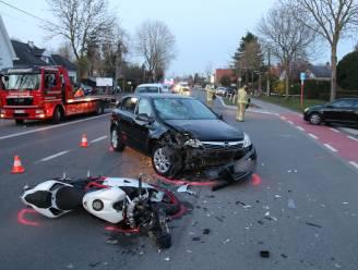 Motorrijder zwaargewond bij frontale aanrijding met personenwagen