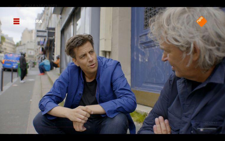 Matthijs van Nieuwkerk (r) en Rob Kemps gaan in 'Chansons!' op onderzoek uit naar Franse liedjes. Beeld